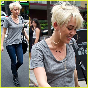miley-cyrus-backless-tee-in-philly.jpg